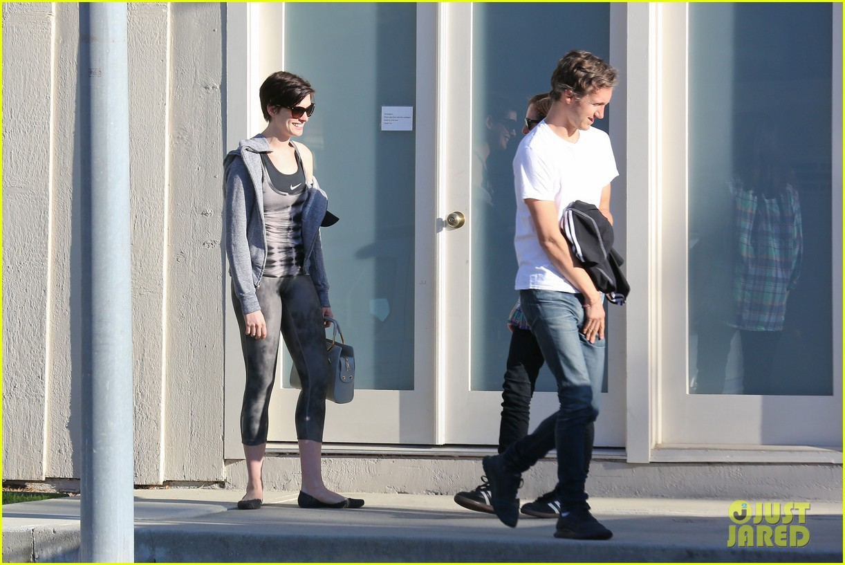 anne hathaway wears her workout gear for friendly visit 183060319