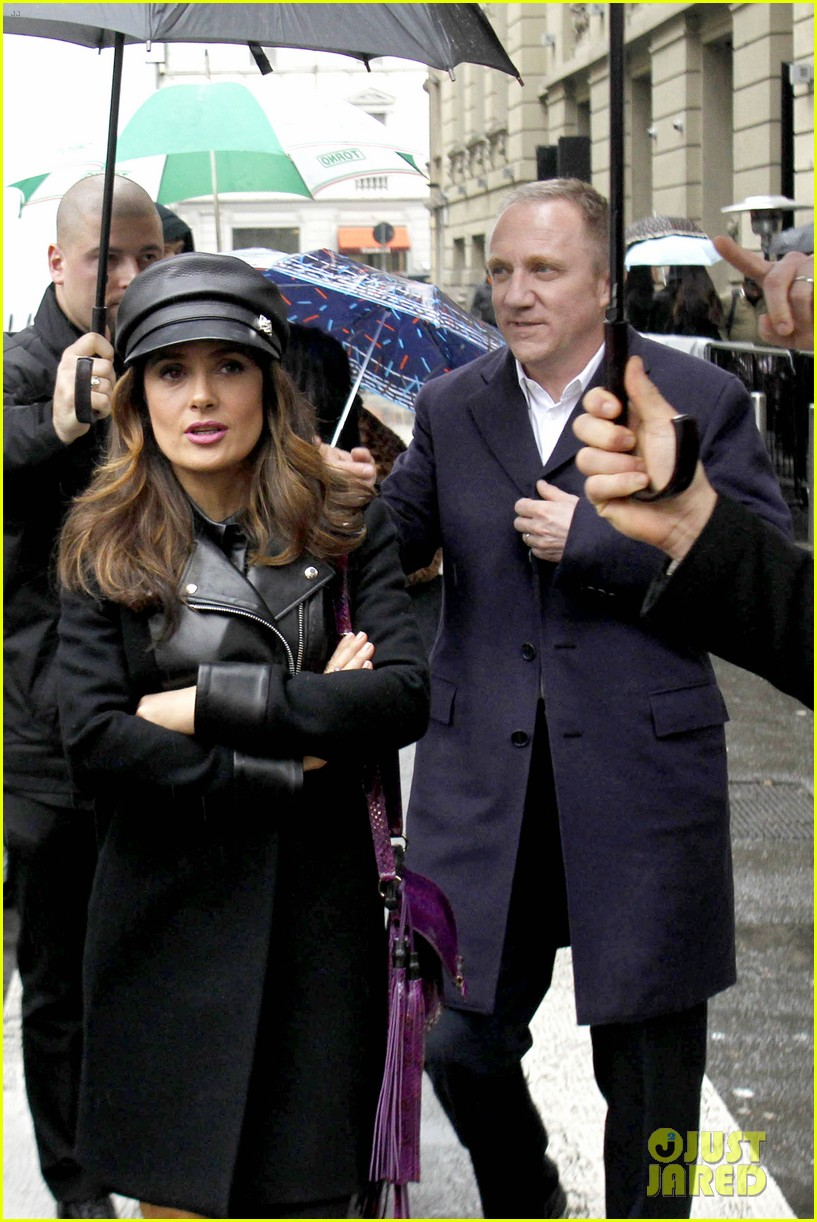 salma hayek gucci fashion show with francois henri pinault 09