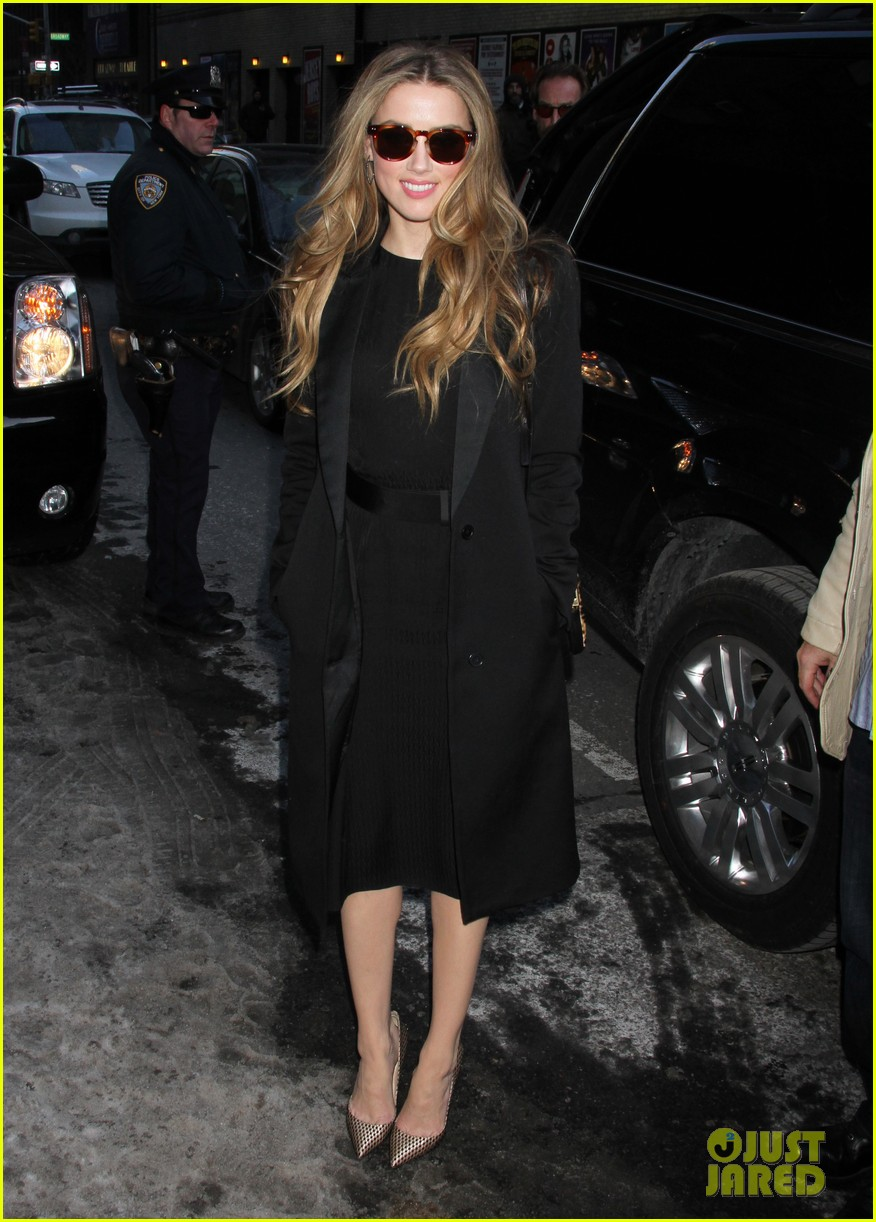 amber heard removes engagement ring for talk show appearances 073055233