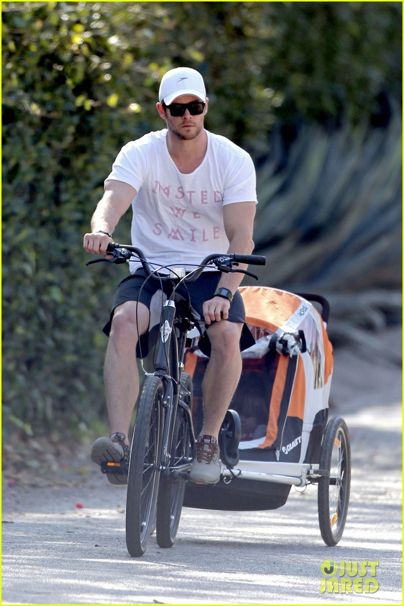 chris hemsworth his big muscles go for a bike ride 033055655