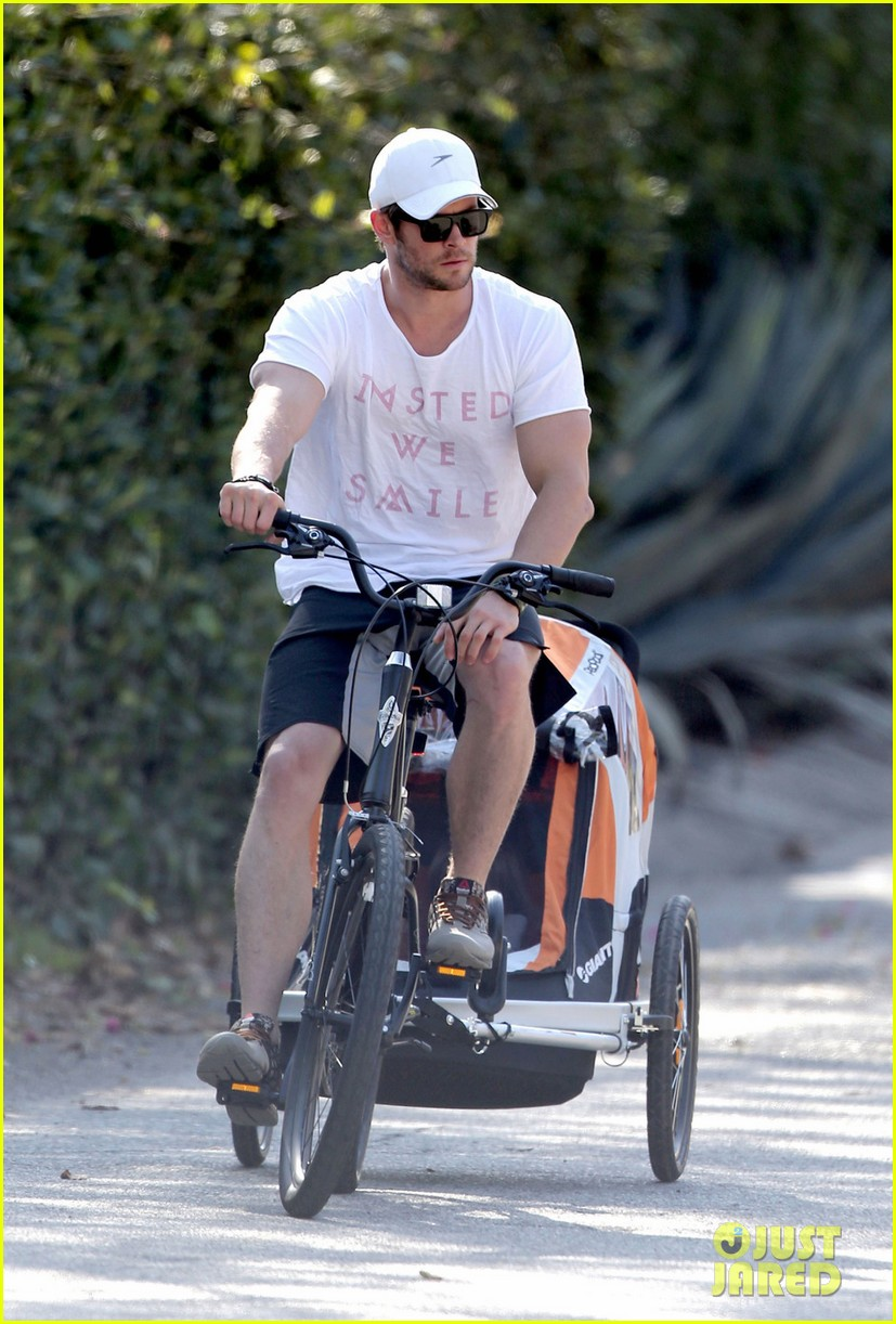 chris hemsworth his big muscles go for a bike ride 043055656