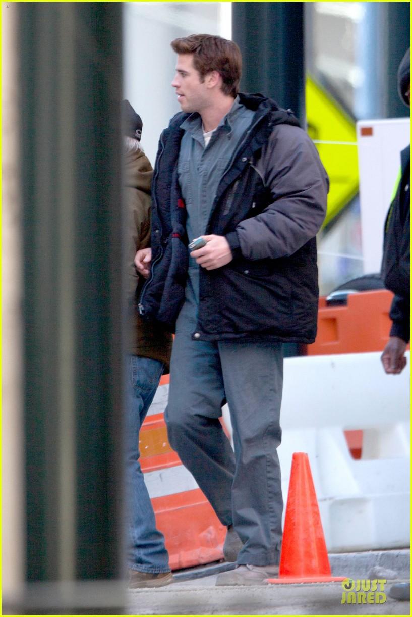 liam hemsworth sam claflin continue mockingjay filming 013045290