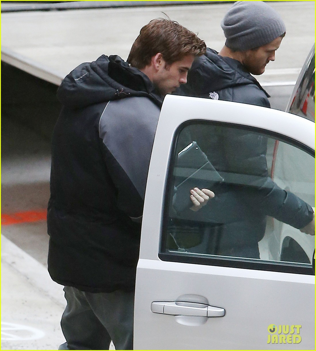 liam hemsworth mockingjay resumes filming after philip seymour hoffmans death 023047901