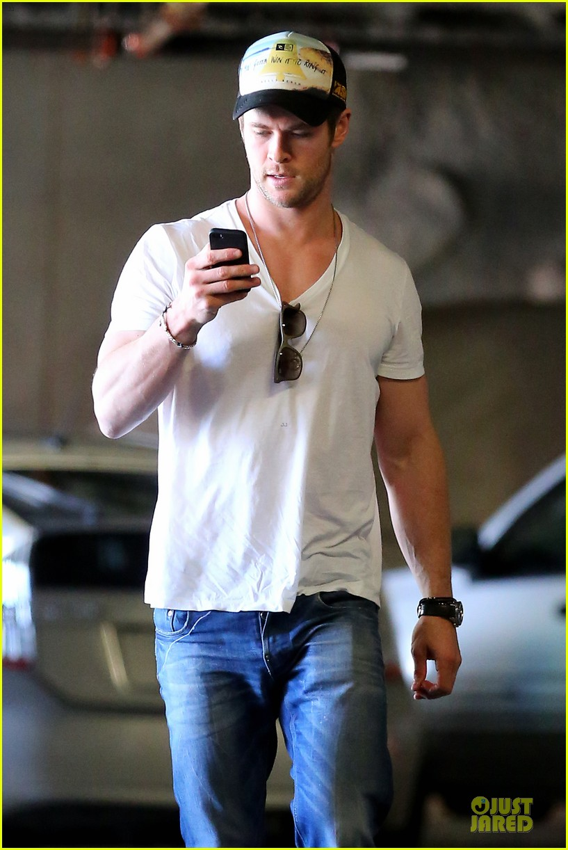 chris hemsworth shops for portable garment racks with mom leoni 04