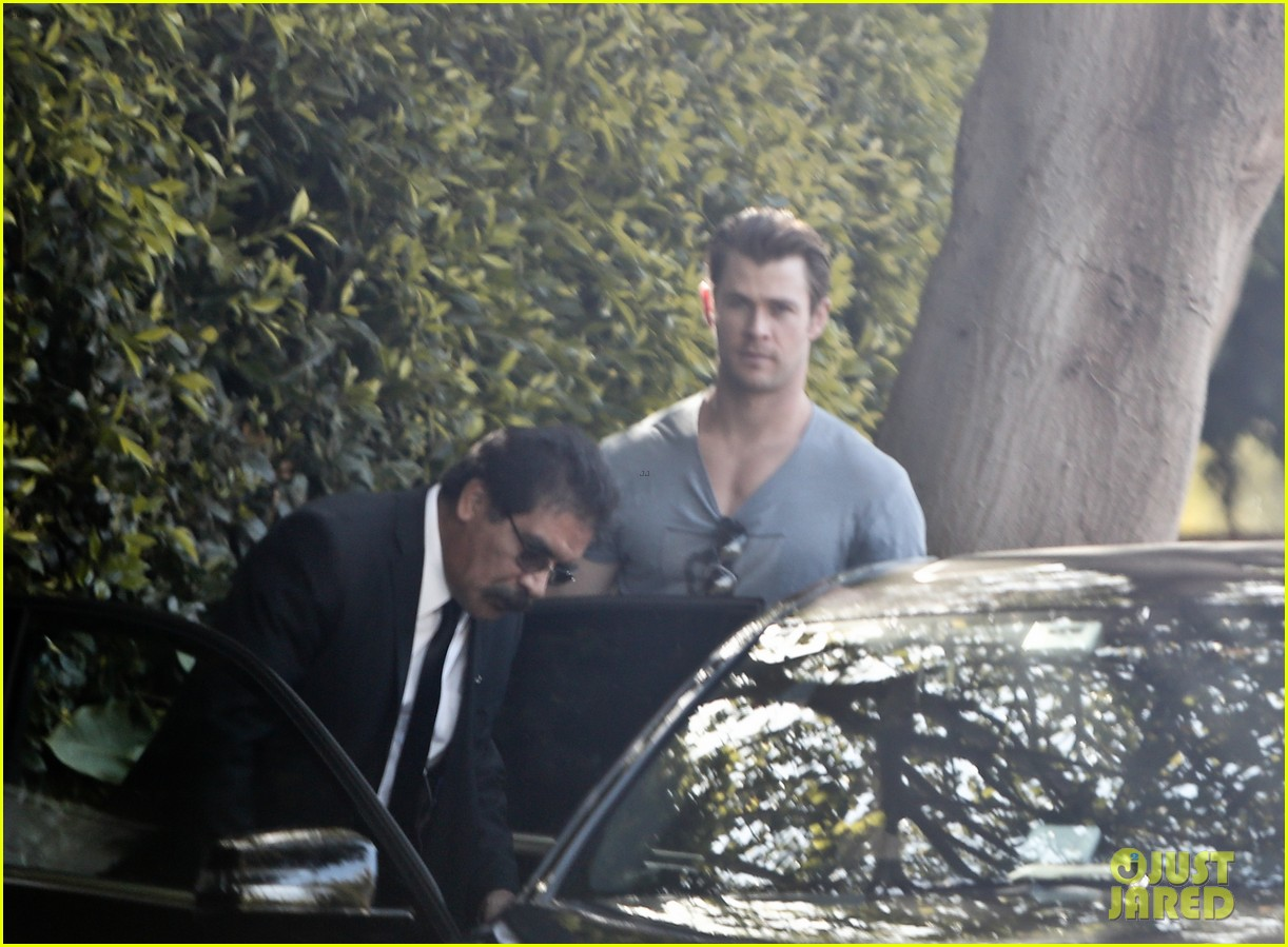 chris hemsworth shows off his massive superhero muscles 023057311