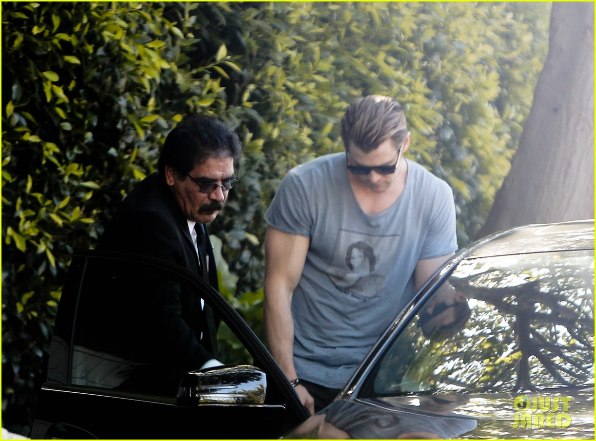 chris hemsworth shows off his massive superhero muscles 073057316