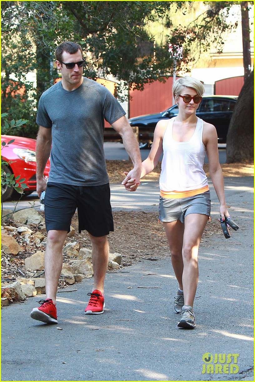 julianne hough holds hands with hockey player brooks laich 013054654