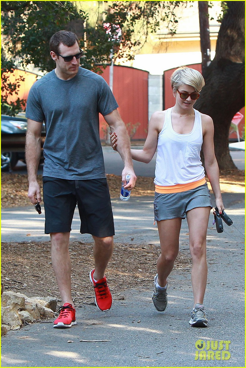 julianne hough holds hands with hockey player brooks laich 033054656