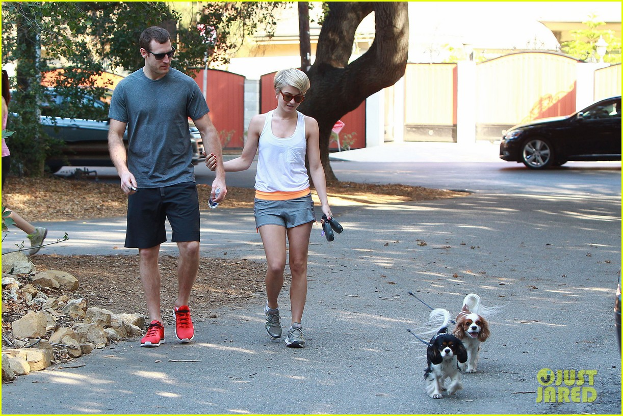 julianne hough holds hands with hockey player brooks laich 063054659