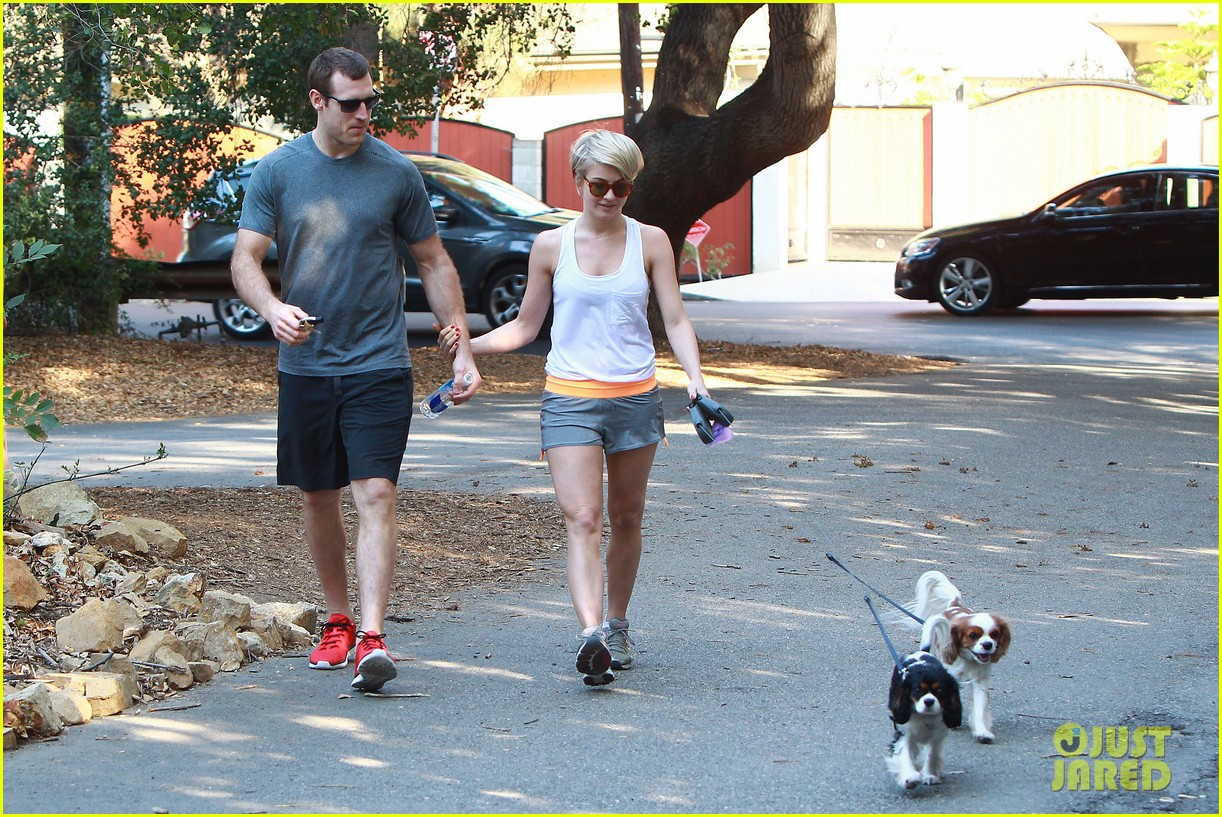 julianne hough holds hands with hockey player brooks laich 073054660