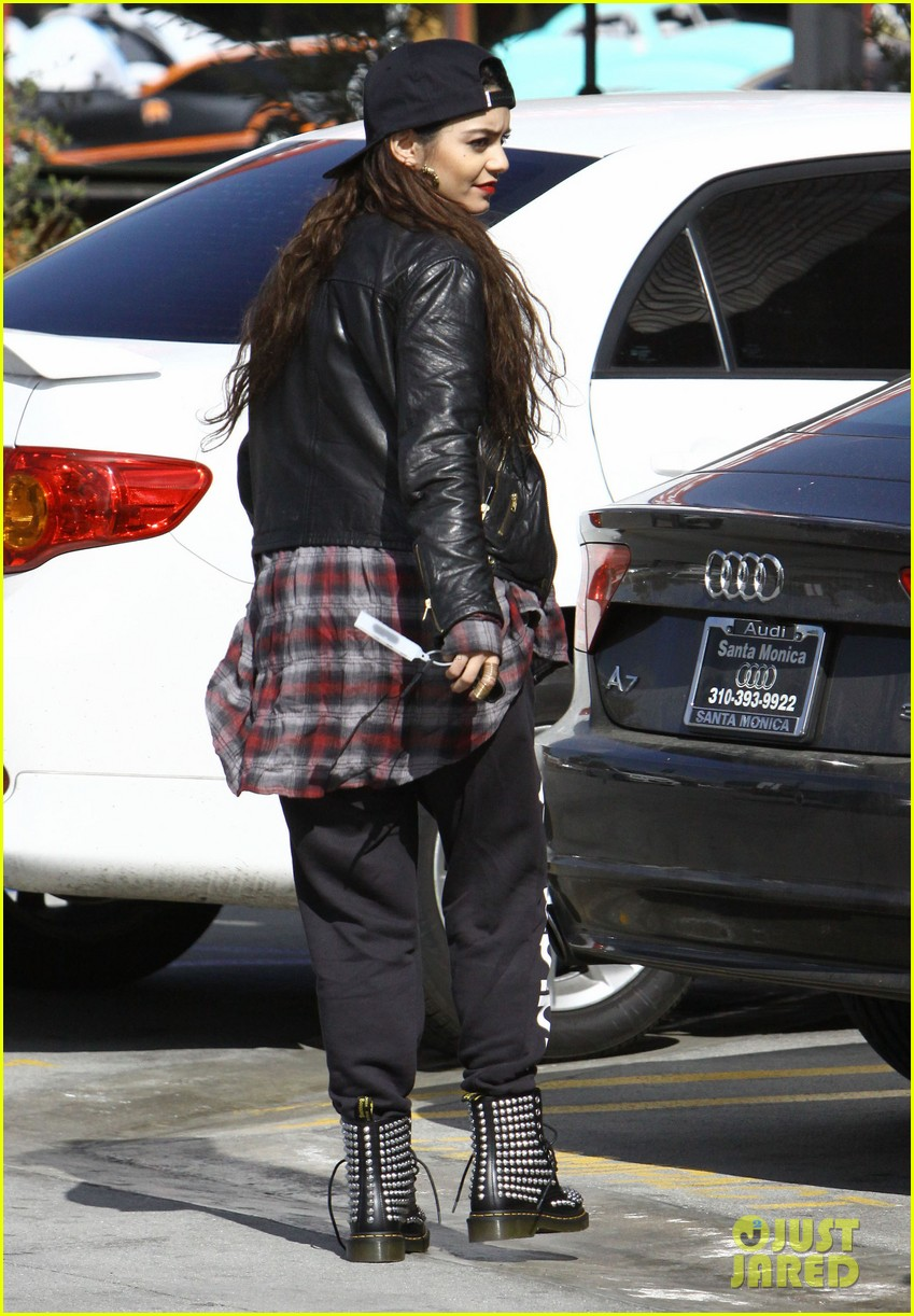 vanessa hudgens spends sunday with her pal 043050381