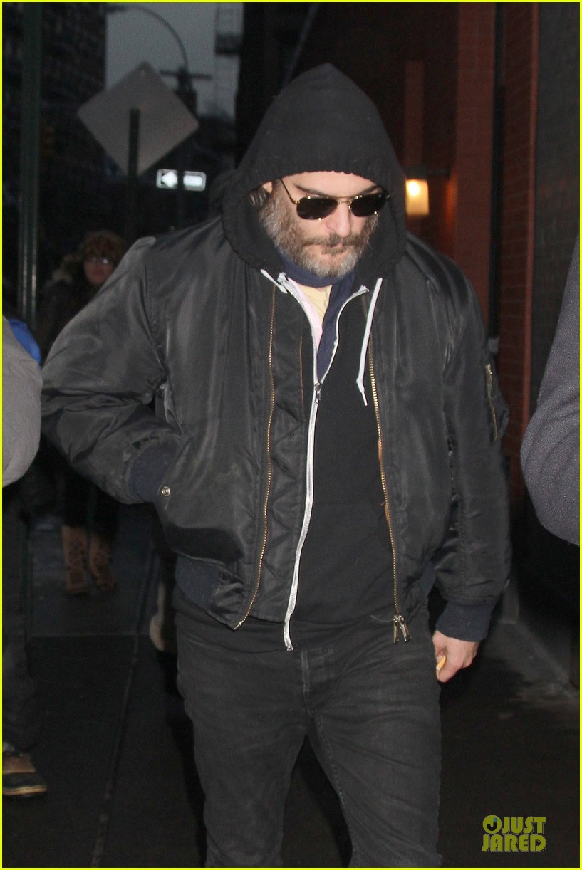 joaquin phoenix pays respects to philip seymour hoffman at mimi odonnell apartment 023047725