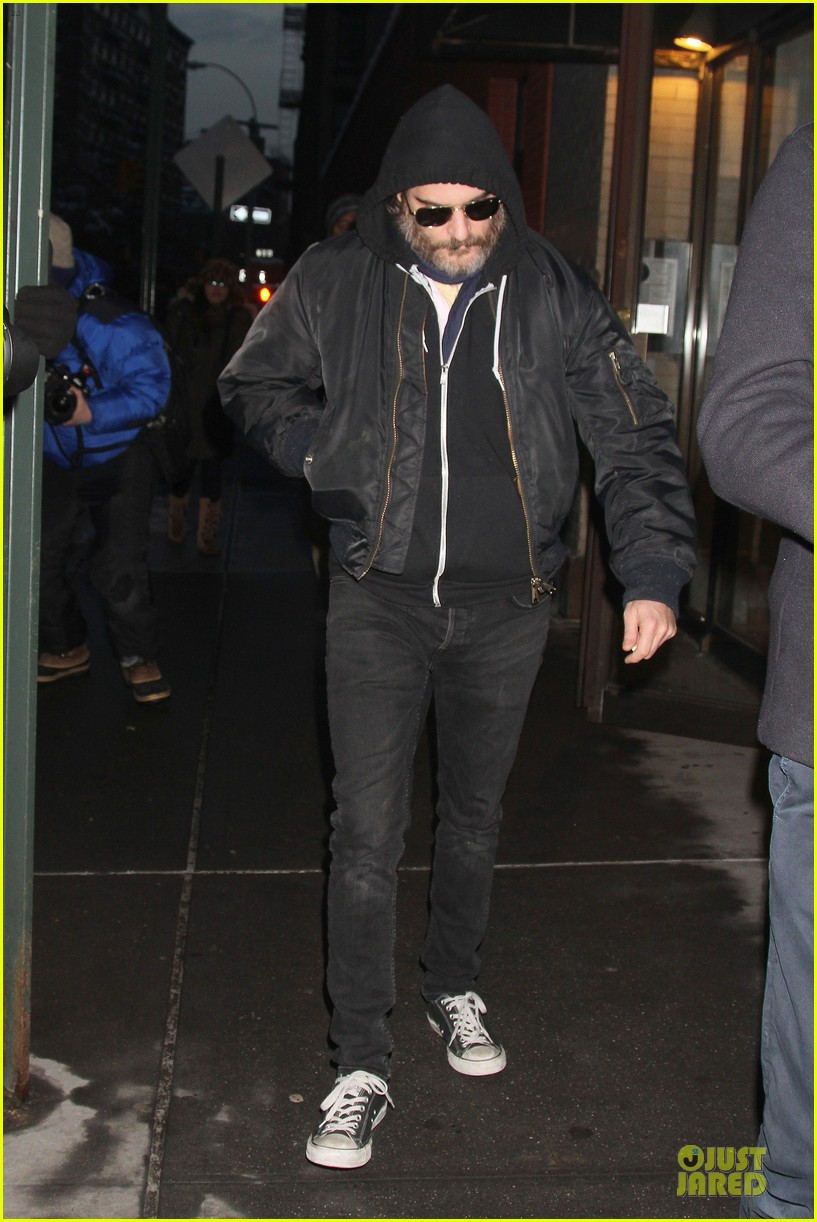 joaquin phoenix pays respects to philip seymour hoffman at mimi odonnell apartment 043047727