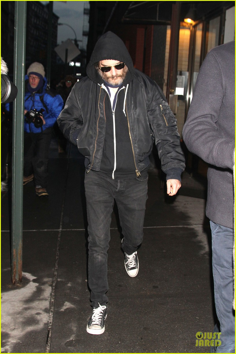 joaquin phoenix pays respects to philip seymour hoffman at mimi odonnell apartment 063047729