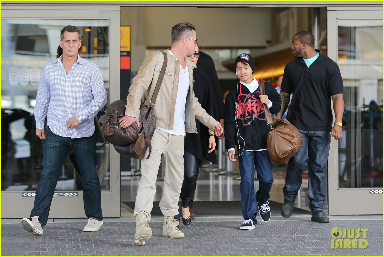 Full Sized Photo of angelina jolie brad pitt land in los ... Angelina Jolie And Brad Pitt