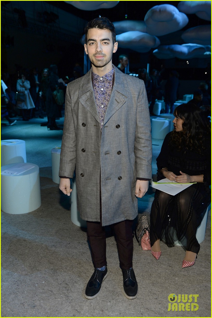sarah paulson joe jonas end fashion week at marc jacobs 133053200