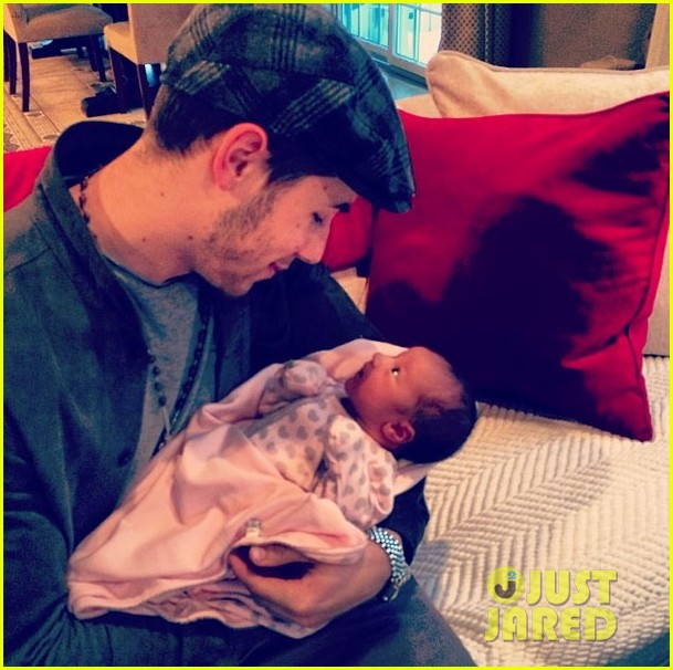 nick joe jonas meet brother kevins baby girl alena 013048803