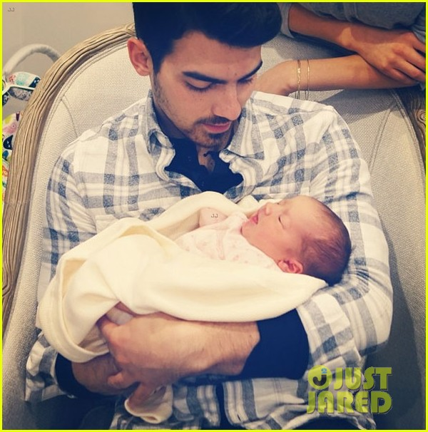 nick joe jonas meet brother kevins baby girl alena 03