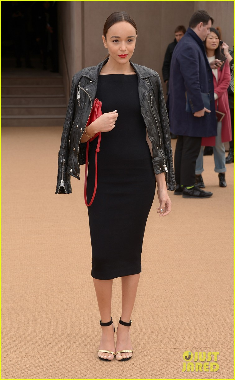 felicity jones ashley madekwe burberry prorsum show 053055117