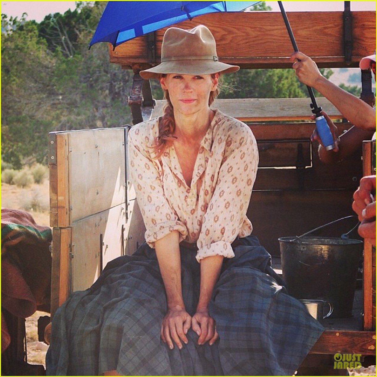 january jones gets dirty for the art of acting 063049902