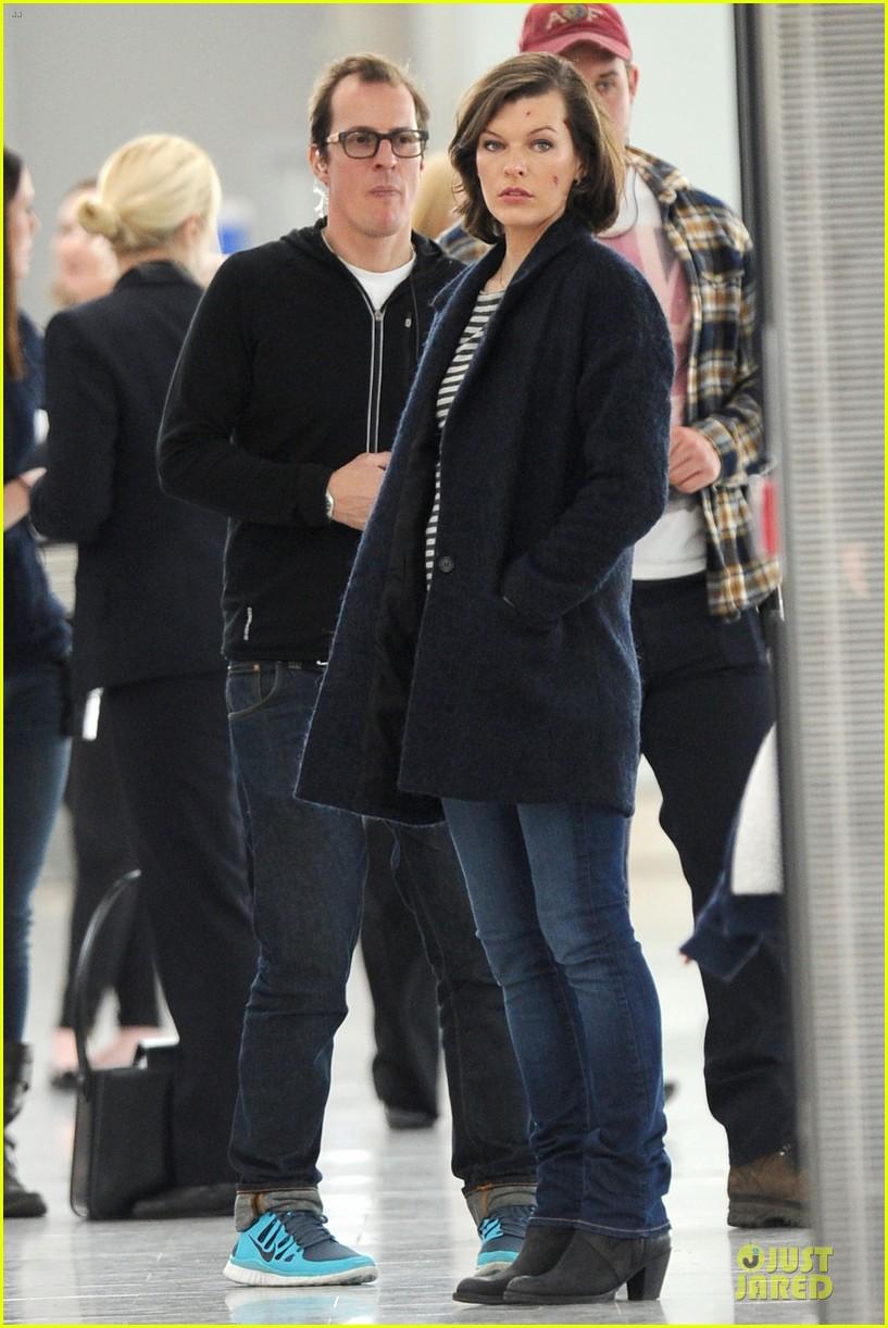 milla jovovich survivor cuts at heathrow airport 013055985