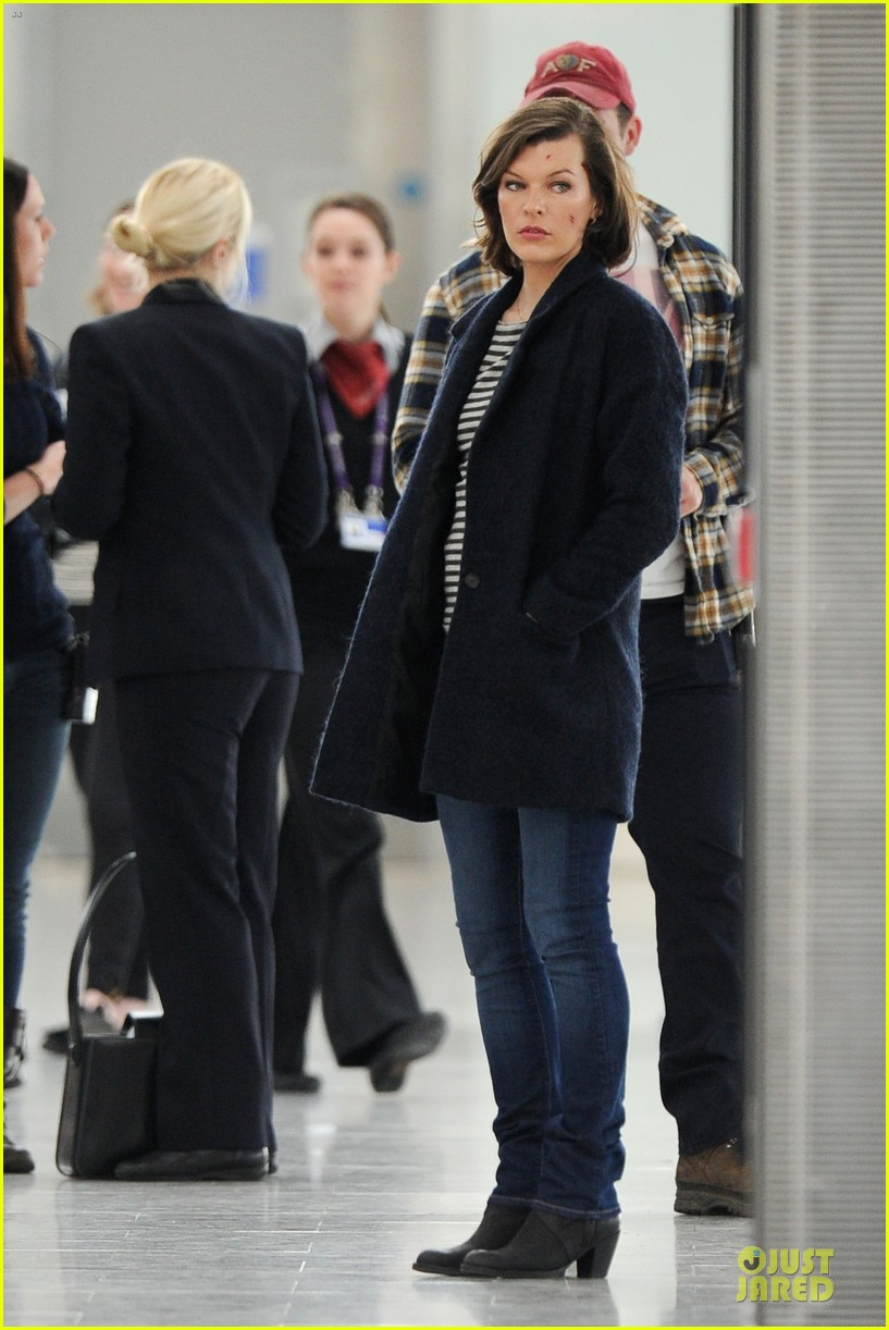 milla jovovich survivor cuts at heathrow airport 033055987