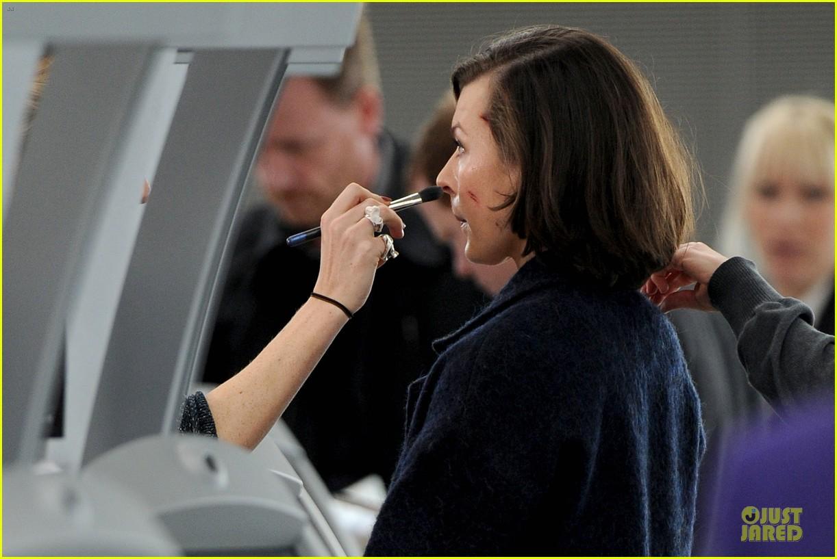 milla jovovich survivor cuts at heathrow airport 093055993
