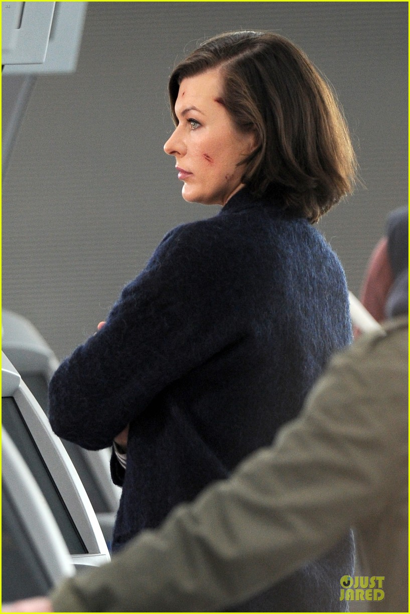 milla jovovich survivor cuts at heathrow airport 103055994