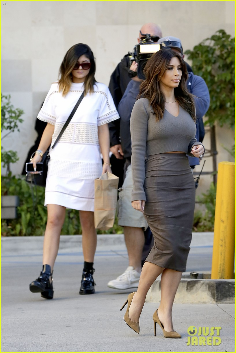 kim kardashian goes back to brunette hair steps out with sisters khloe kylie with new do 033045837