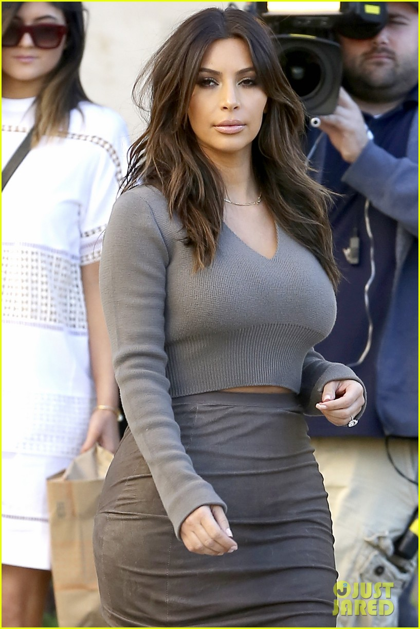 kim kardashian goes back to brunette hair steps out with sisters khloe kylie with new do 043045838