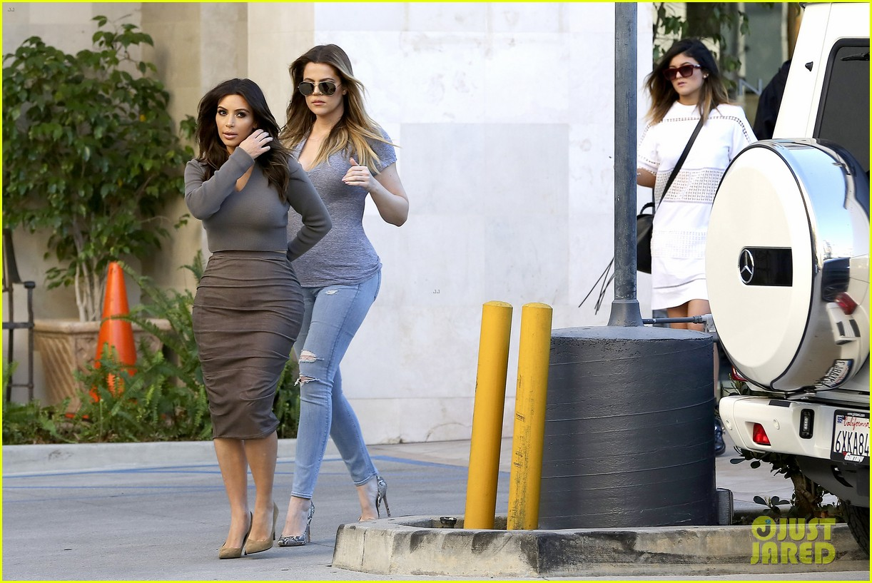 kim kardashian goes back to brunette hair steps out with sisters khloe kylie with new do 093045843