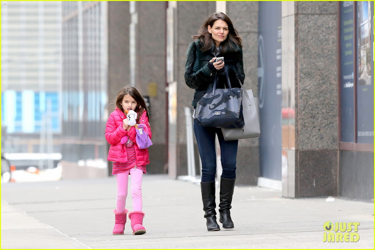 katie holmes ice skating play date with suri 113050329