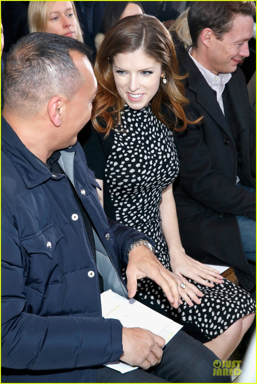 anna kendrick tory burch jenny packham fashion shows 023051491