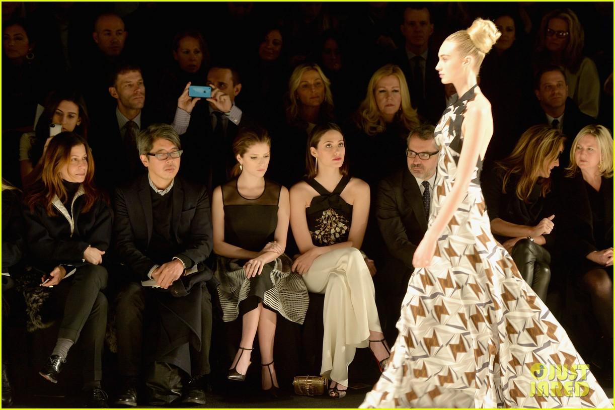 anna kendrick tina fey carolina herrera fashion show 063050670