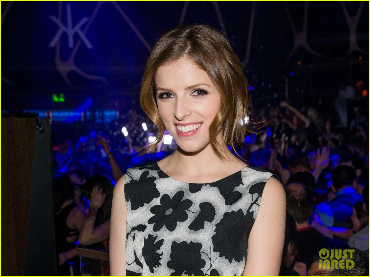 anna kendrick miles teller spend evening at hakkasan in las vegas 013059407