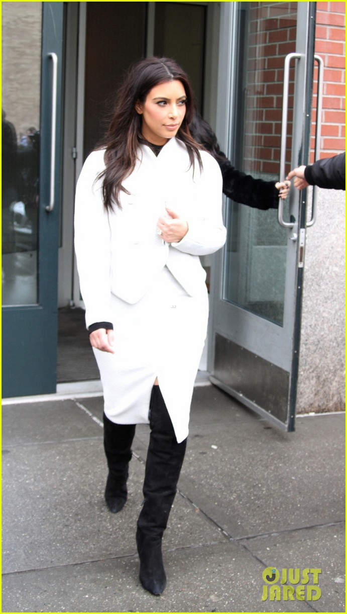 kim kardashian steps out after tonight show surprise appearance 023055707