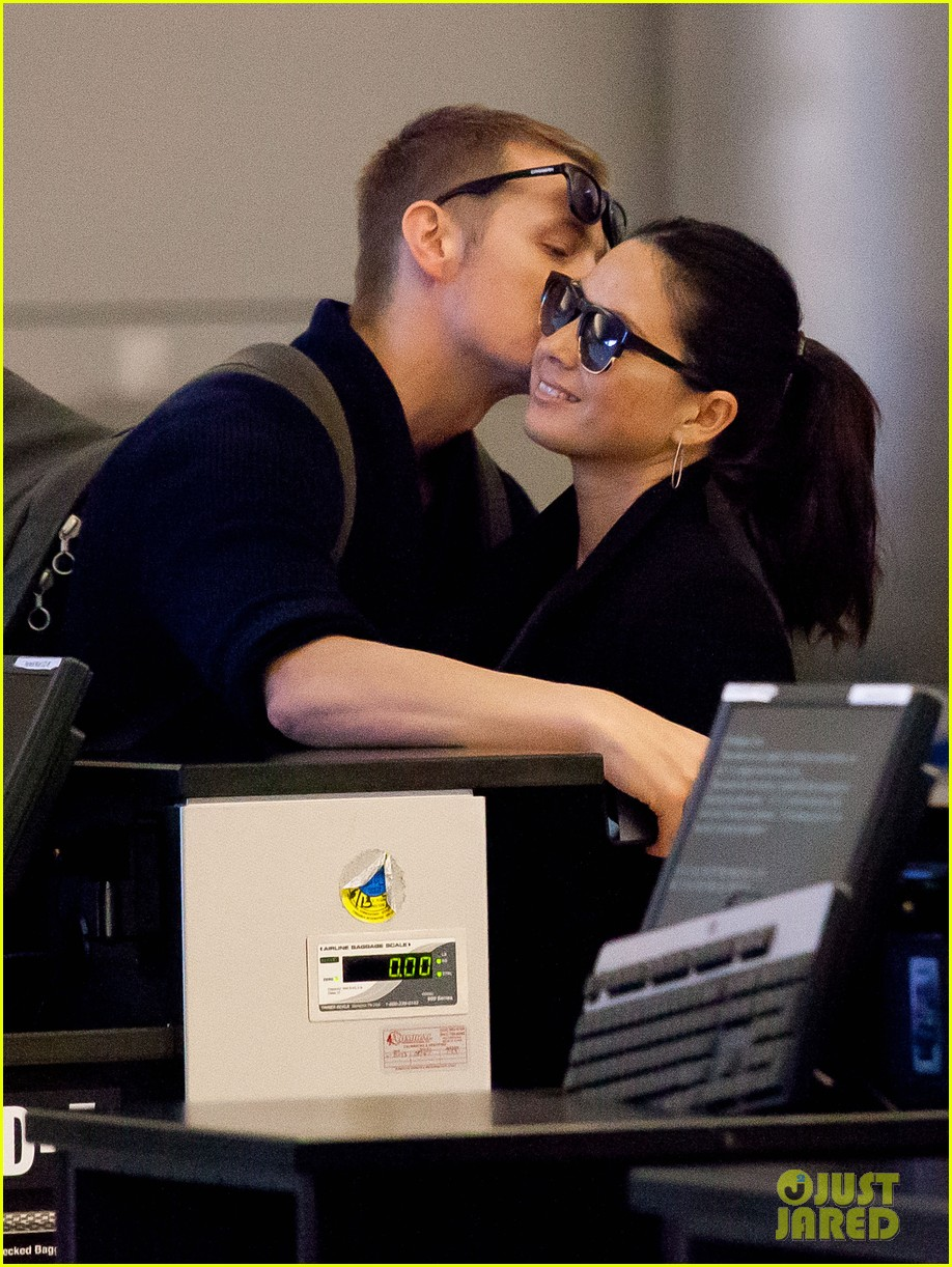 joel kinnaman sneaks in a kiss with olivia munn at lax 033050443
