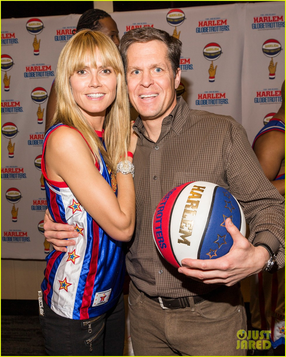 heidi klum has fun day with the harlem globetrotters 043055008