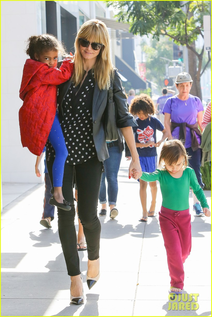 heidi klum has fun day with the harlem globetrotters 143055018