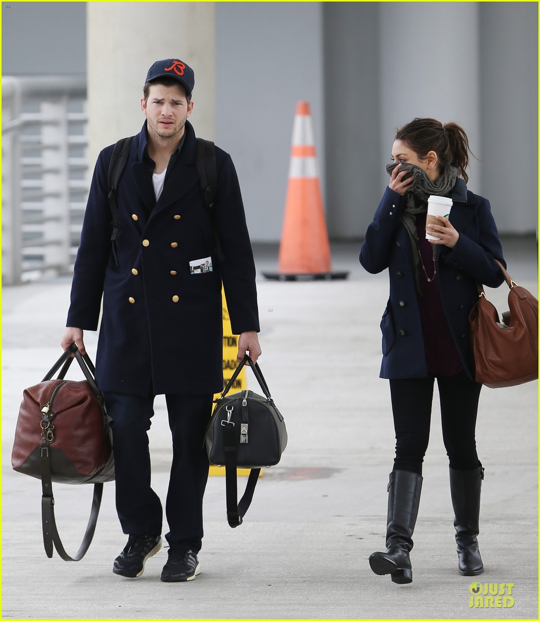 ashton kutcher mila kunis jacksonville airport departing couple 013046414