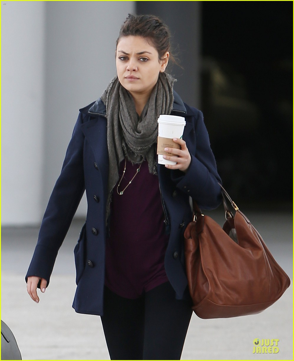 ashton kutcher mila kunis jacksonville airport departing couple 02