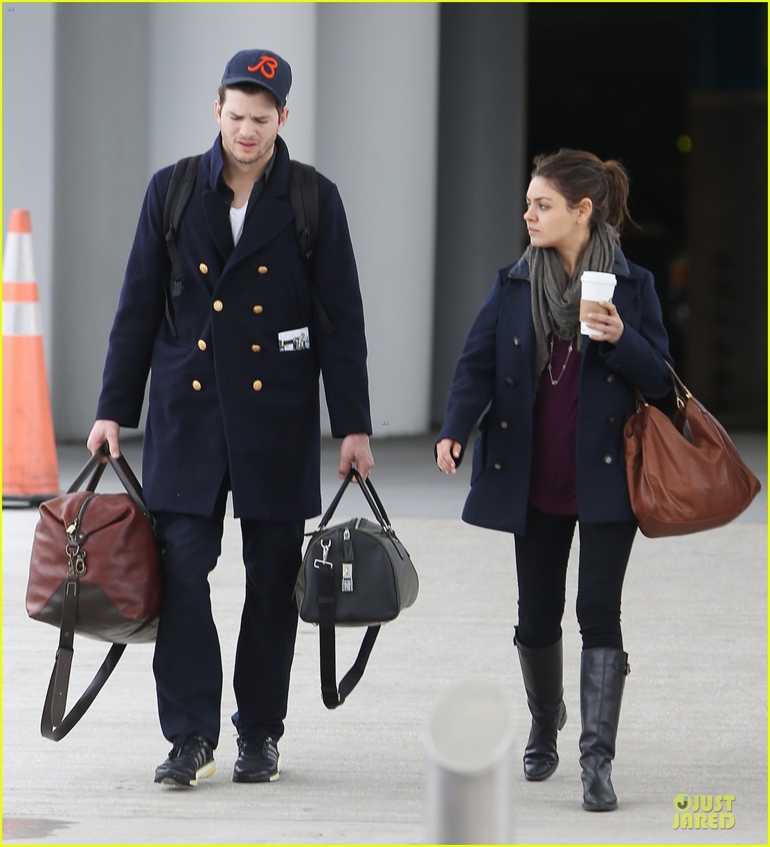 ashton kutcher mila kunis jacksonville airport departing couple 033046416