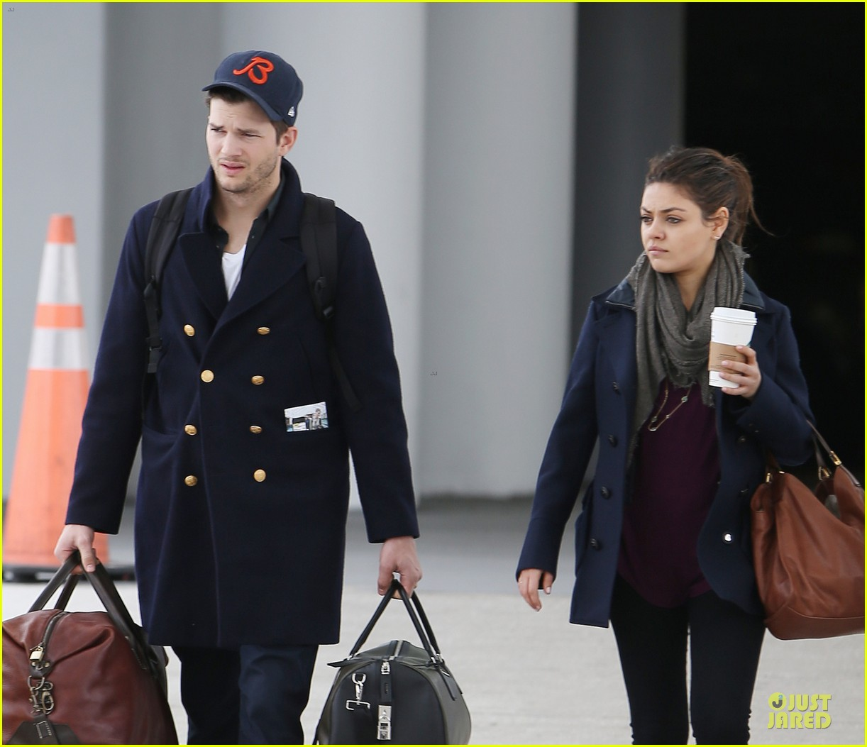 ashton kutcher mila kunis jacksonville airport departing couple 04