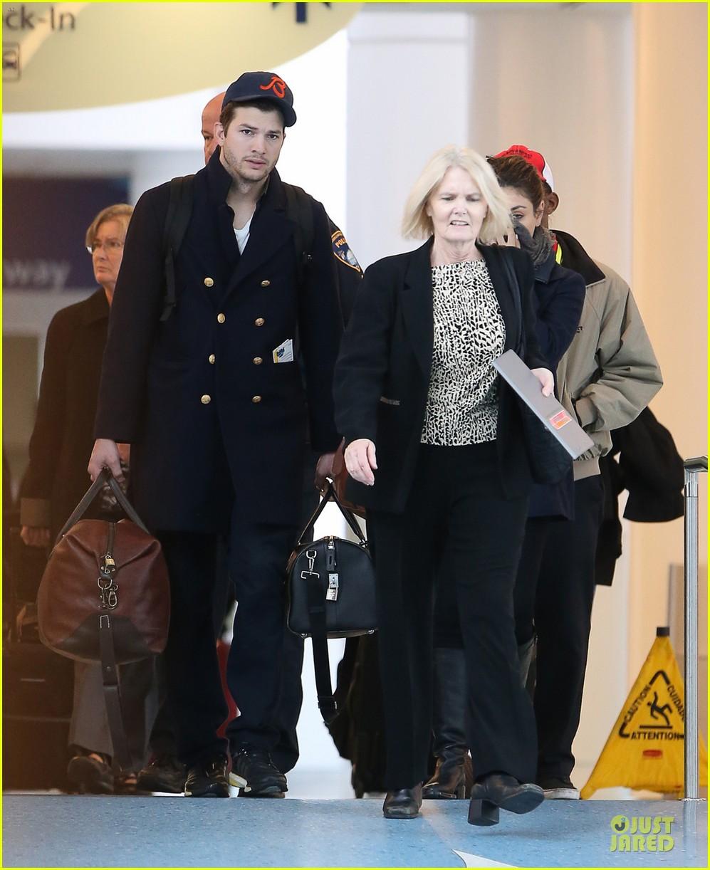 ashton kutcher mila kunis jacksonville airport departing couple 063046419