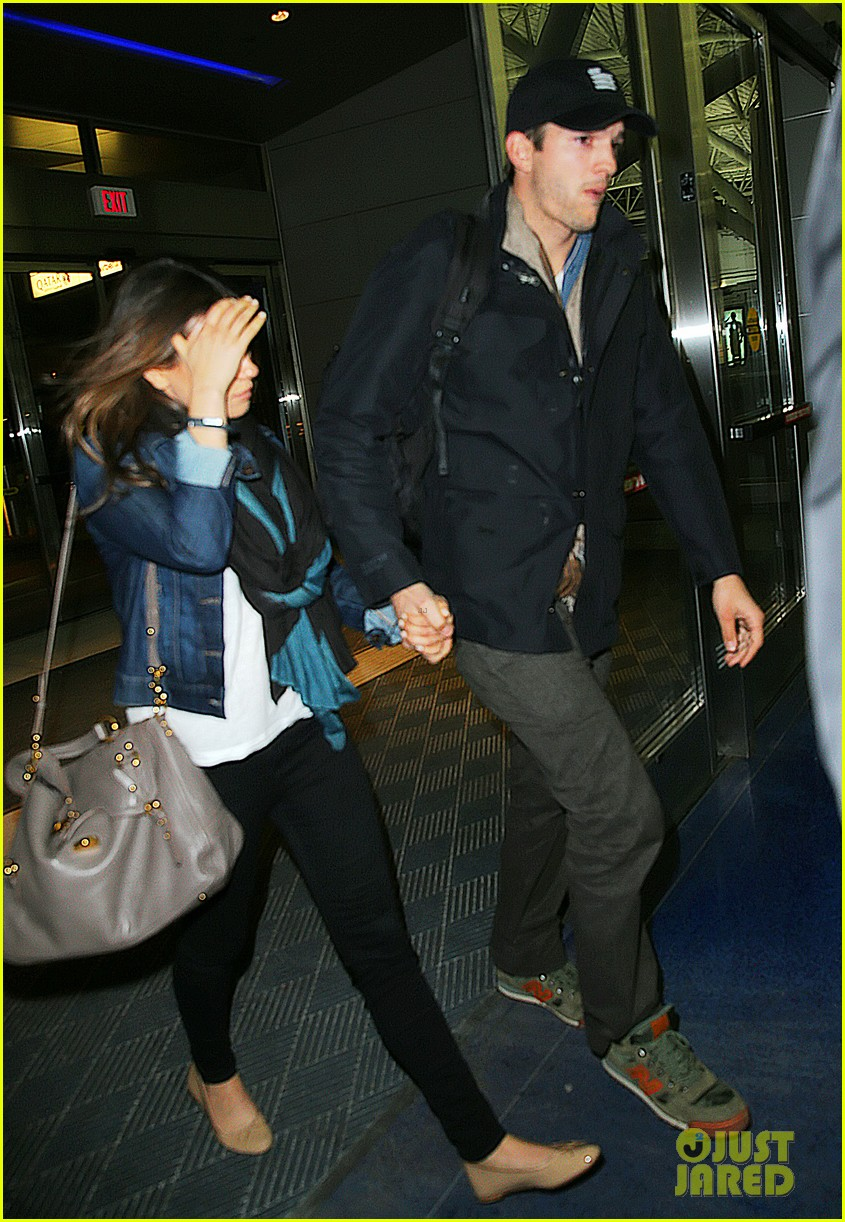 ashton kutcher mila kunis leave new york after short trip 033056627