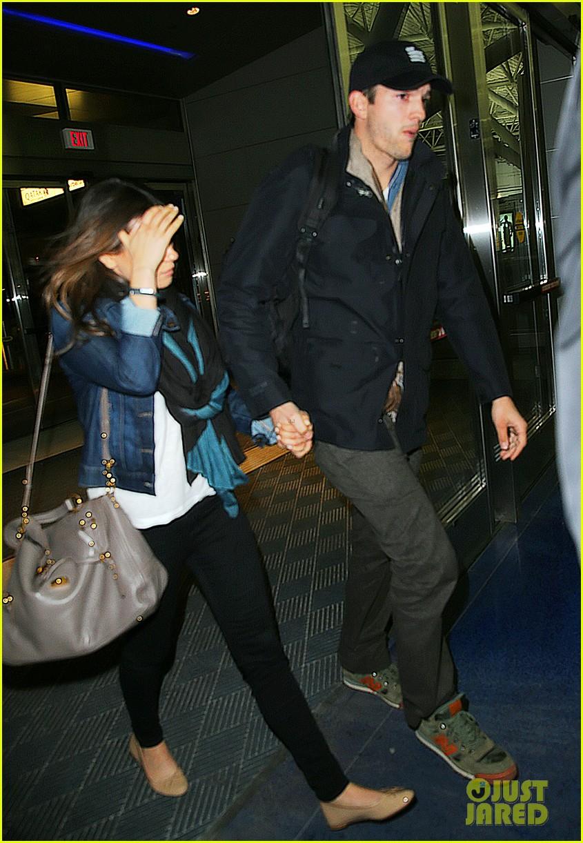 ashton kutcher mila kunis leave new york after short trip 03
