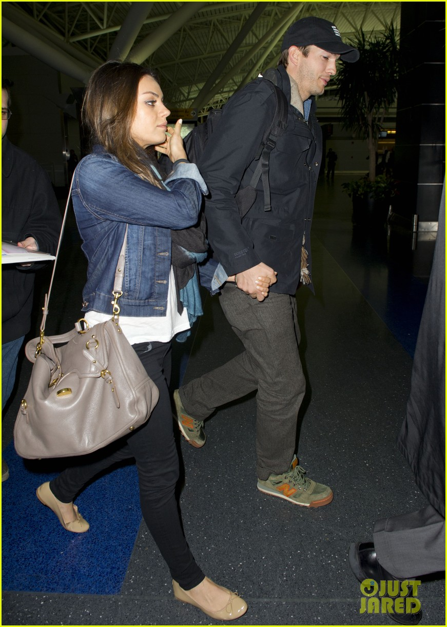 ashton kutcher mila kunis leave new york after short trip 04