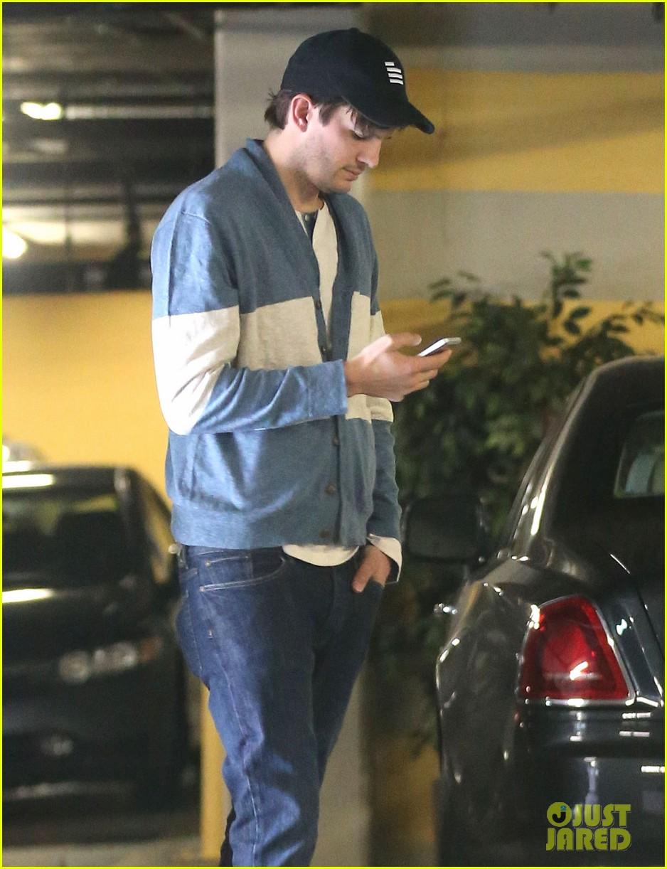 ashton kutcher mila kunis go on white t shirt dates 023057967
