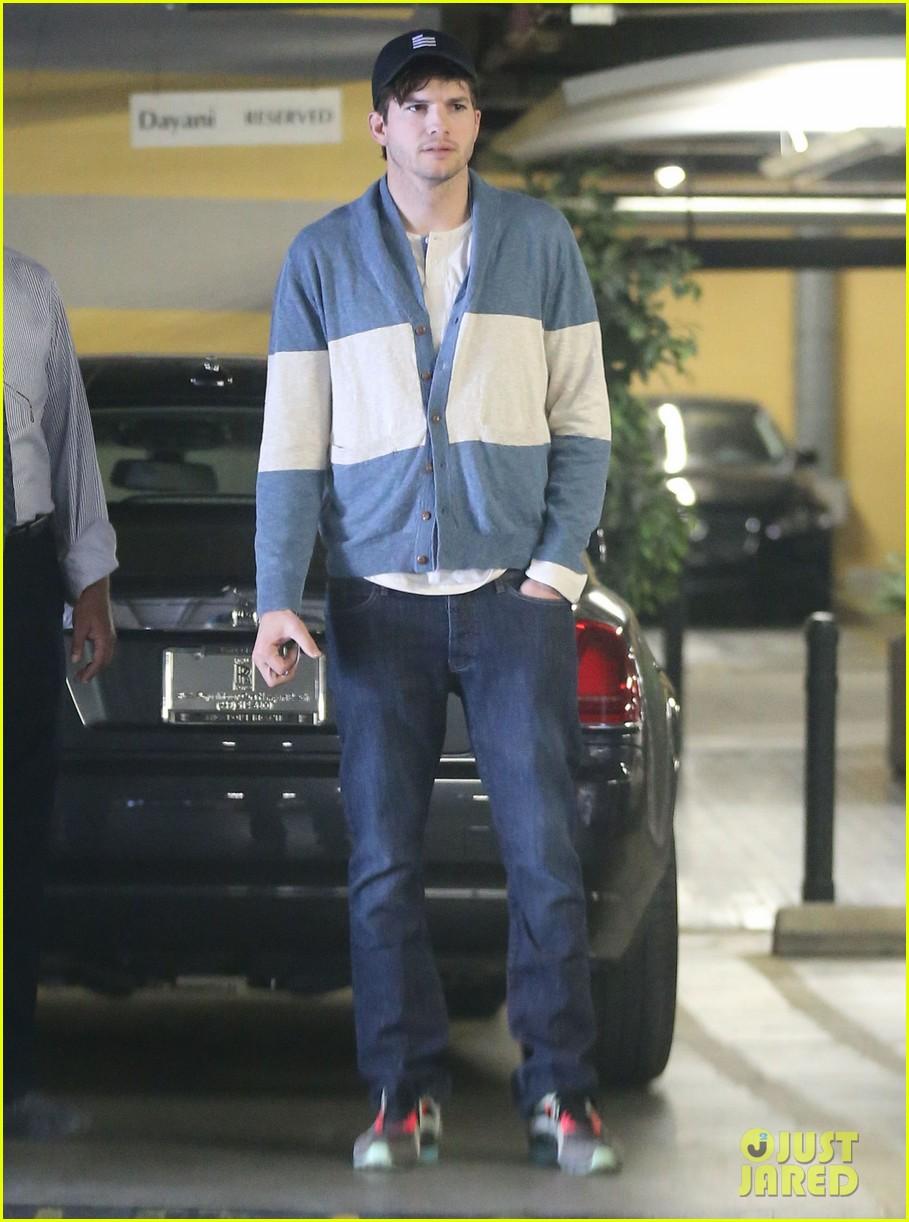 ashton kutcher mila kunis go on white t shirt dates 033057968