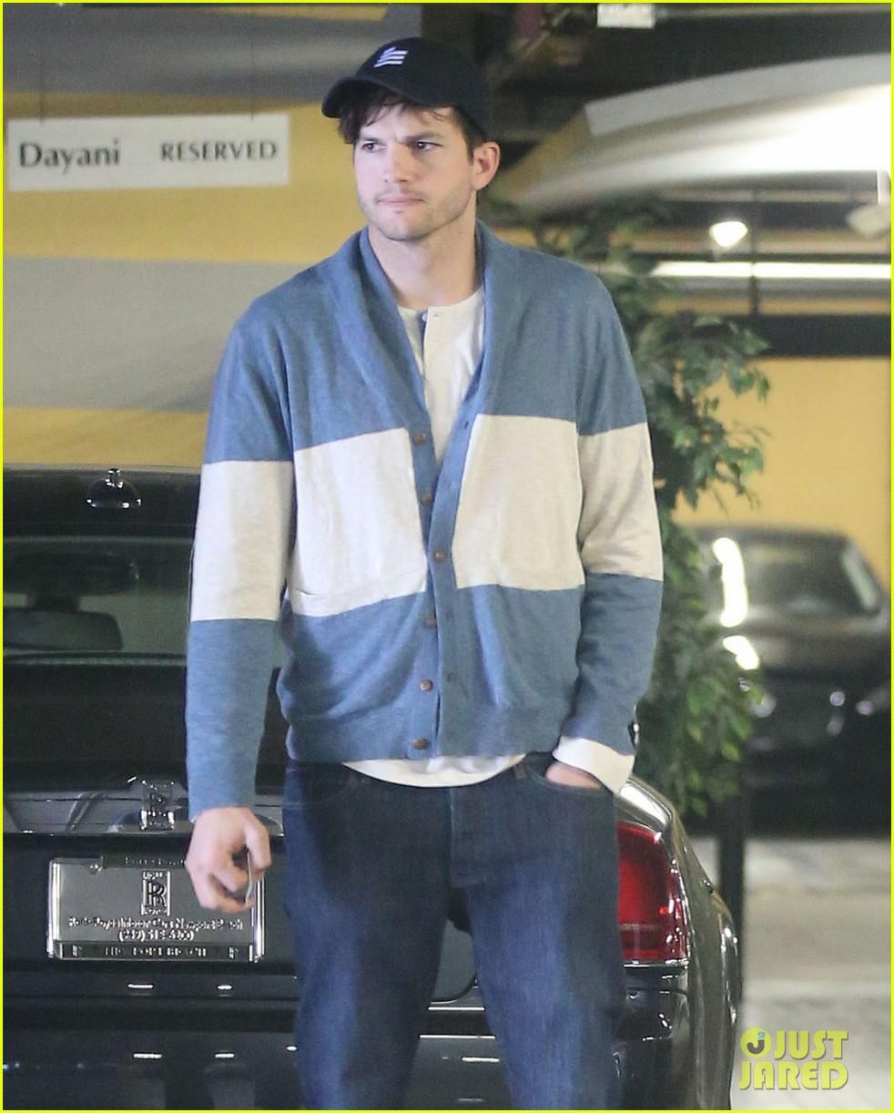 ashton kutcher mila kunis go on white t shirt dates 073057972